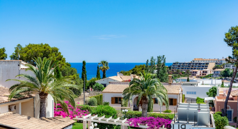 Cala Mandia. Penthouse over two floors. With sea view. And then the price.