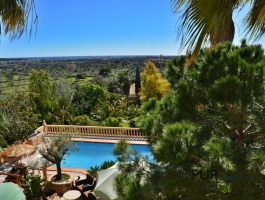 Well maintained. A mansion. Overlooking Cala Millor. Grown garden.