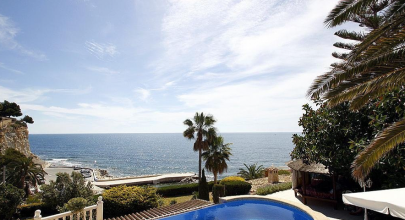 Villa for sale on the seafront in Benissa in Cala Advocat