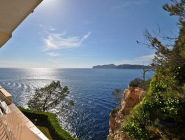 Santa Ponsa. 1st sea line. With a super look. Very well maintained large apartment.