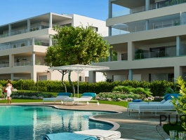 Bright, airy new apartments. You feel the island. Right along the golf course