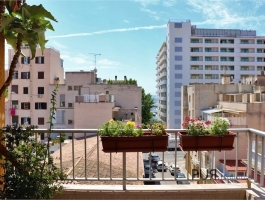 In the middle of the hip Santa Catalina. A completely renovated apartment with a small sea view.