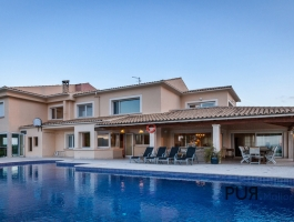 An enclave of calm. Alcudia. Villa. Sea view. Sunsets. And a lot of space.