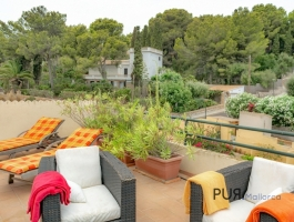 In the far northeast. Apartment with a large roof terrace. Font de Sa Cala.