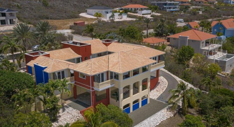 A spacious and beautiful 3 (possible 5) bedrooms villa