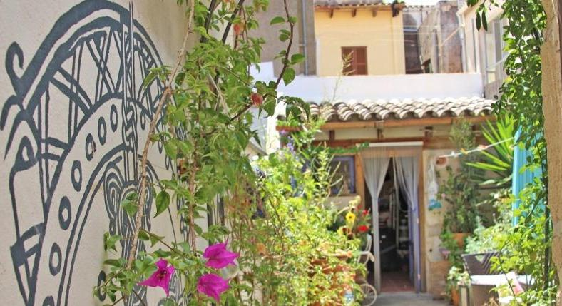 Arta. Town house. In the very center. With business license.