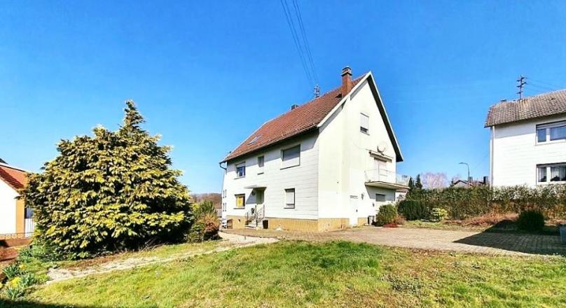 Detached one to two family house with 1592 m² sunny plot, 2 garages, quiet location