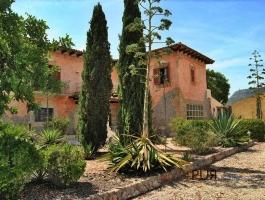 You know the monastery mountain San Salvador? There a Mallorcan finca. Look? Madness.