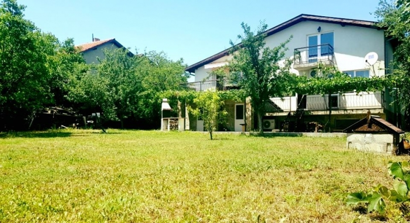 New special price! Large house in the center of Priseltsi, with garden and sea view