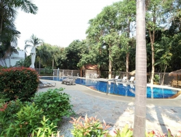 Very quiet, renovated unit, close to the sea